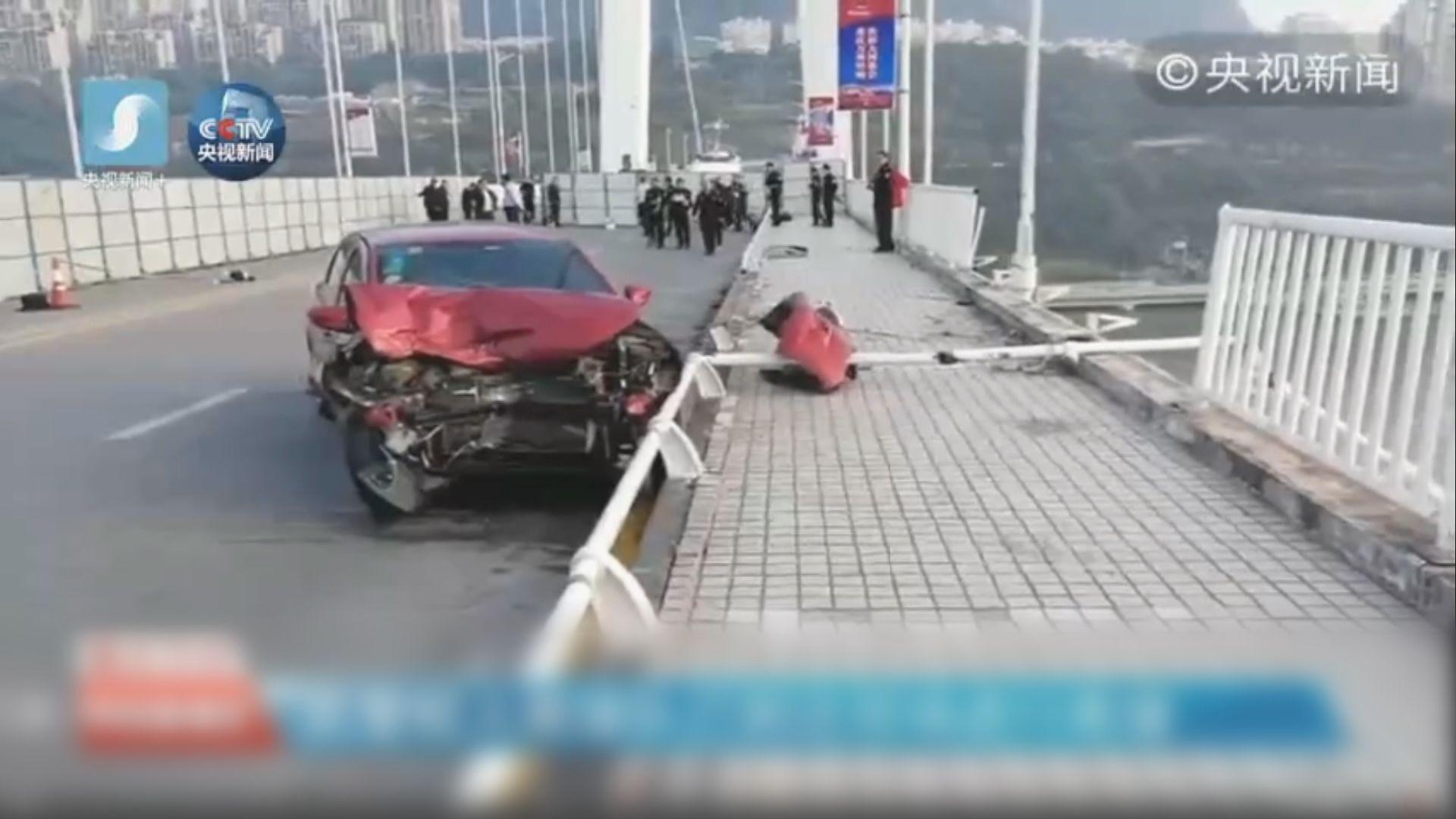 重慶巴士與私家車相撞後跌入長江
