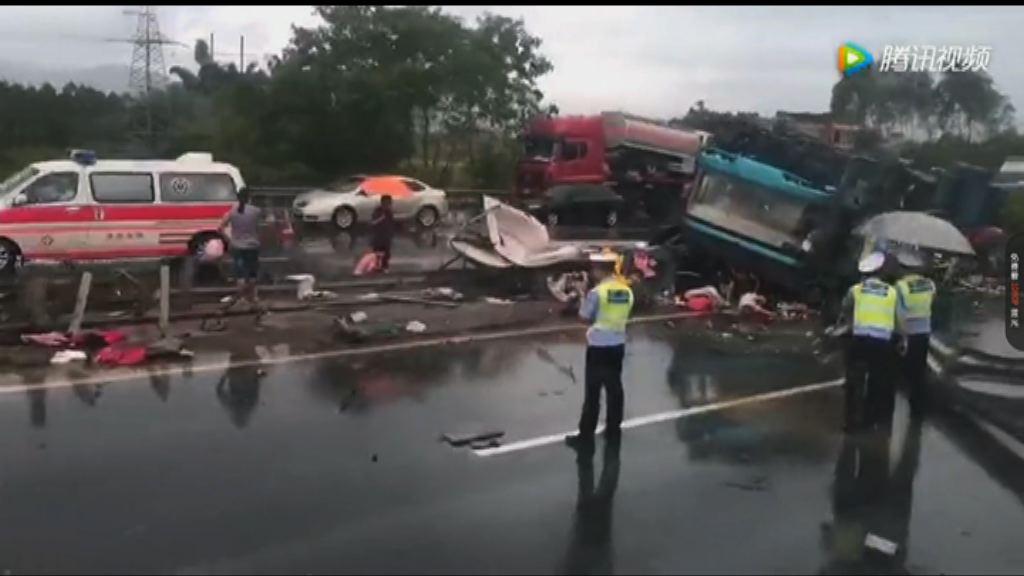 廣河高速龍門段巴士翻轉至少19死