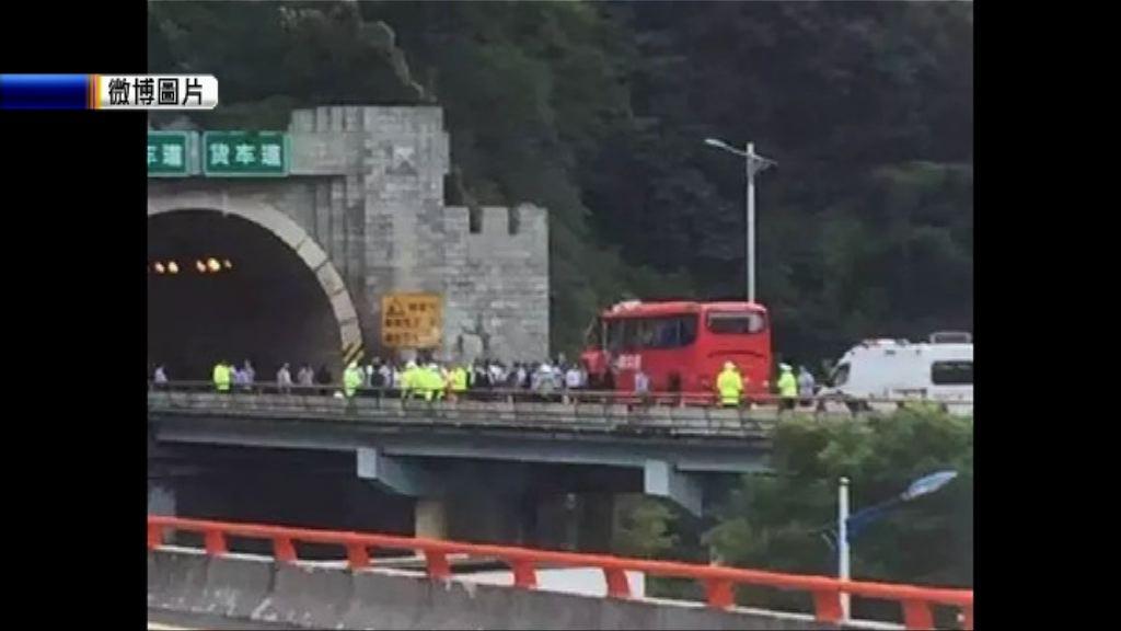 陝西旅遊巴在隧道撞牆釀近50死傷