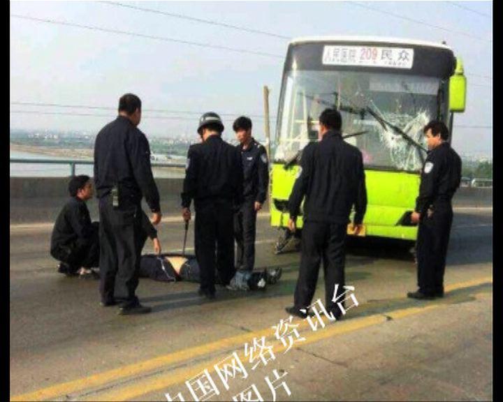 中山男子劫巴士撞多輛汽車
