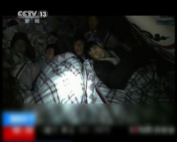 災區二千多名師生在帳篷過夜
