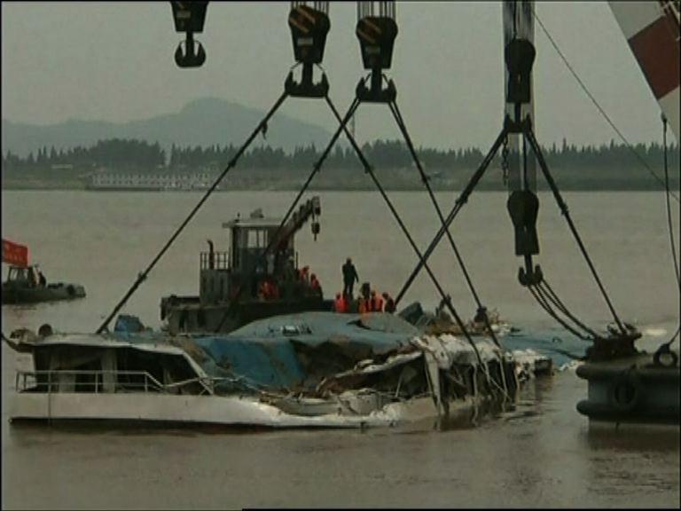 長江沉船事故 三百多人生死未卜