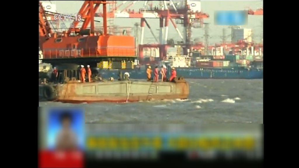 上海貨船碰撞後沉沒多人失蹤