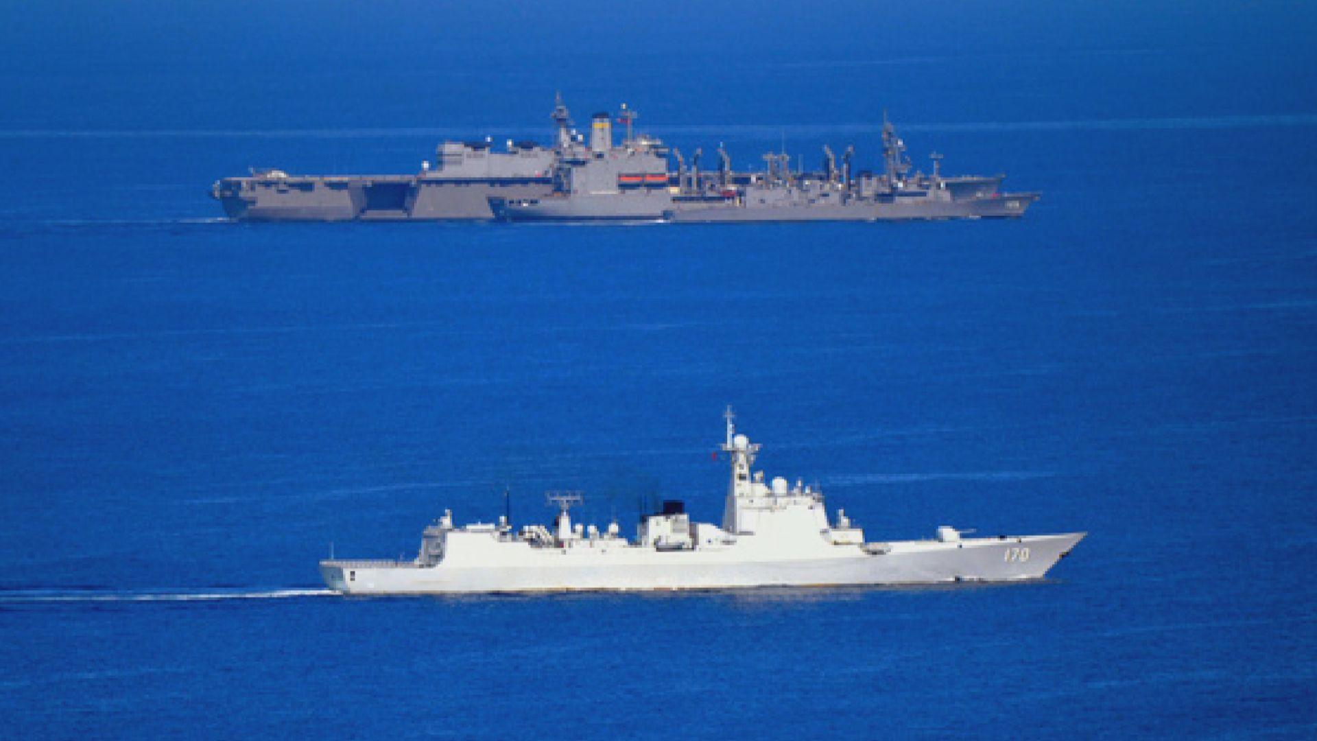 解放軍艦在南海近距離監視美軍艦為日護衛艦補給