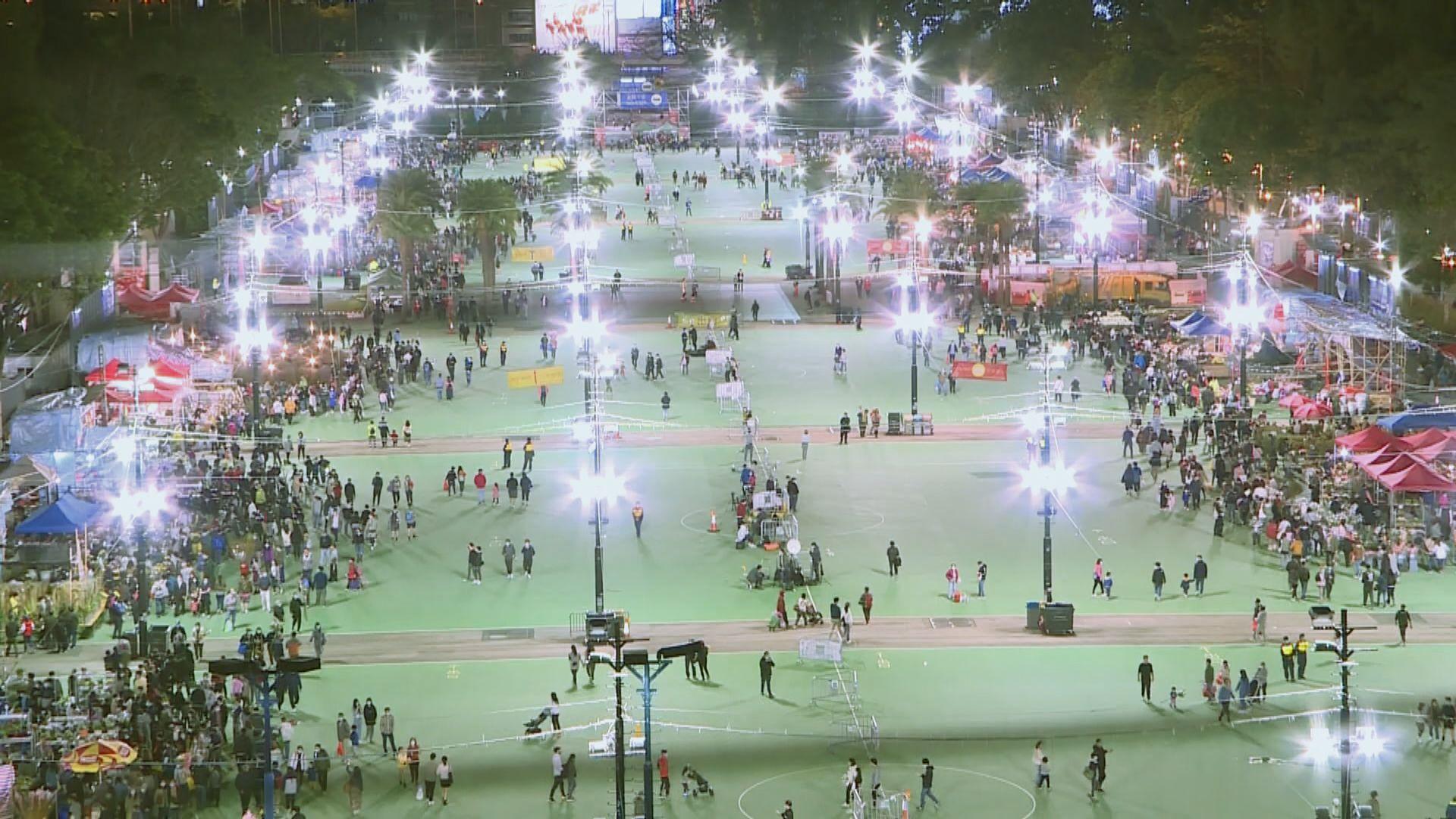 市民晚上到維園花市 熱鬧不及往年