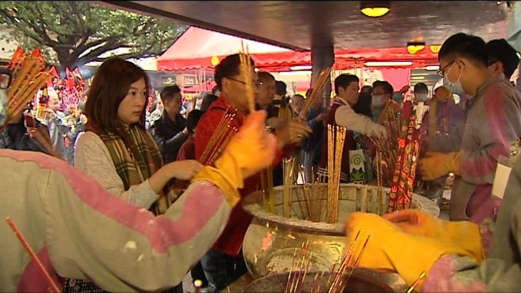 大批市民按傳統年初三到車公廟祈福