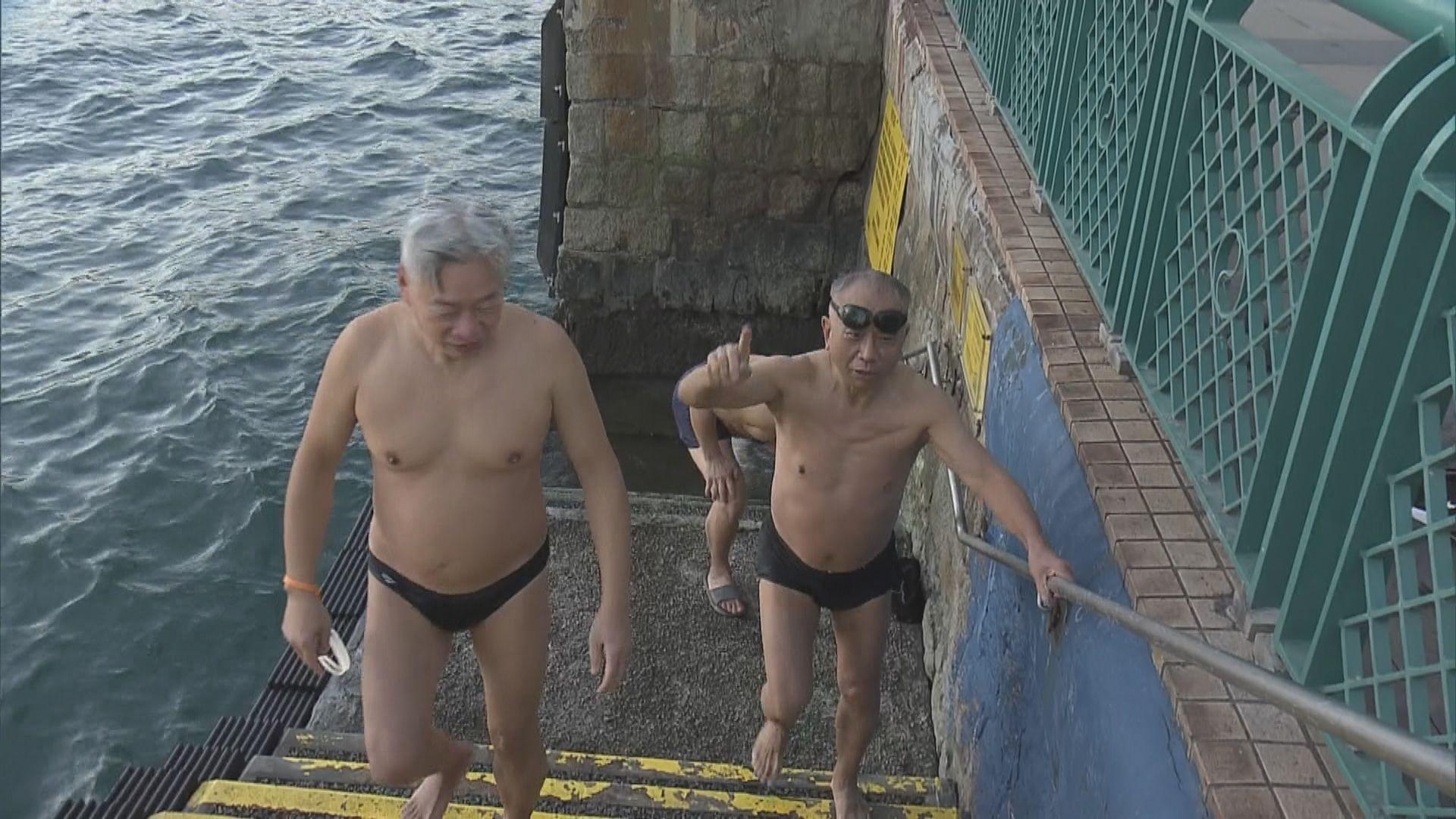 【強烈寒潮】大帽山降至零度以下 有泳客如常游早水