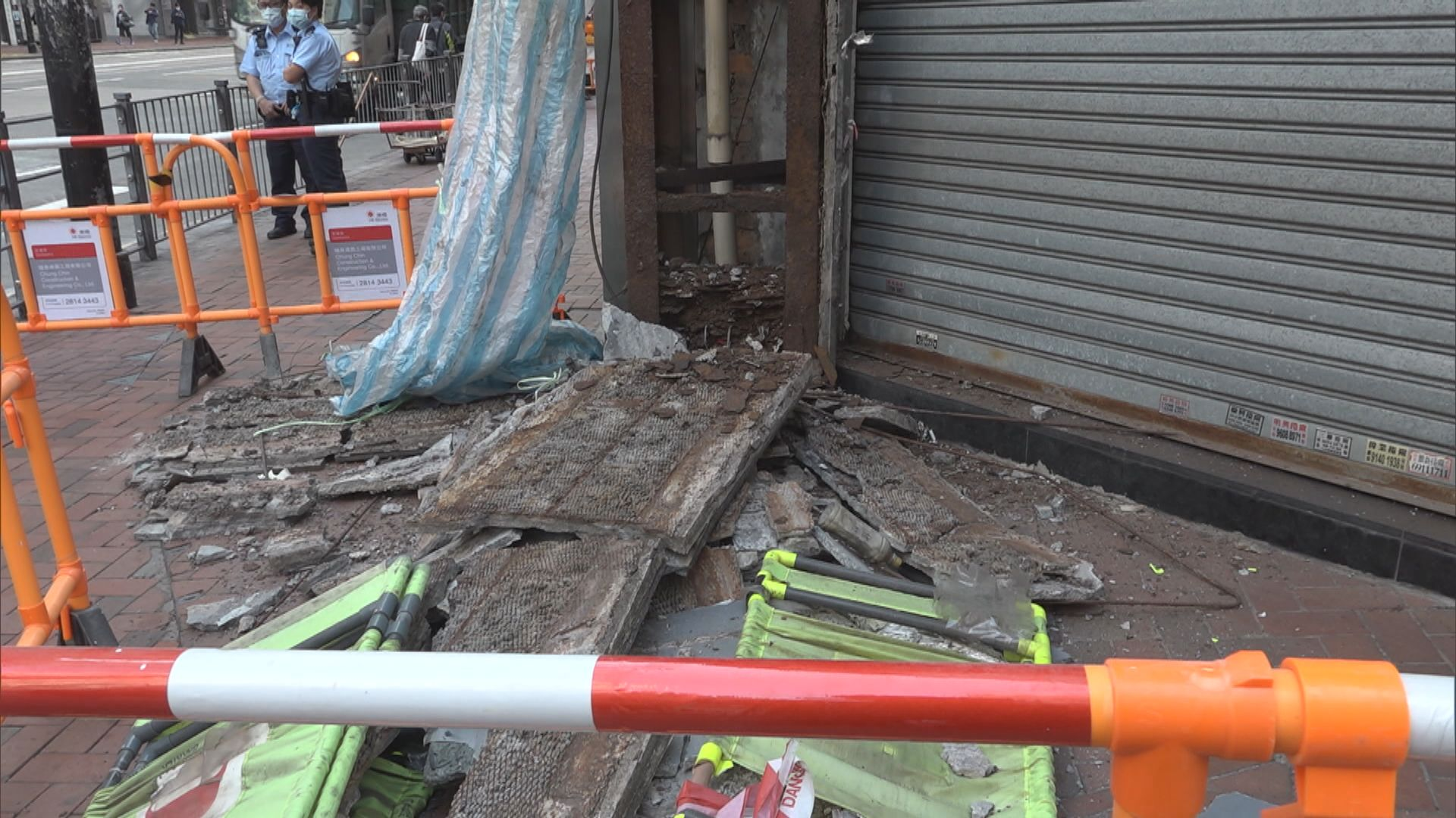 北角新時代廣場外裝飾磚牆倒塌 無人傷