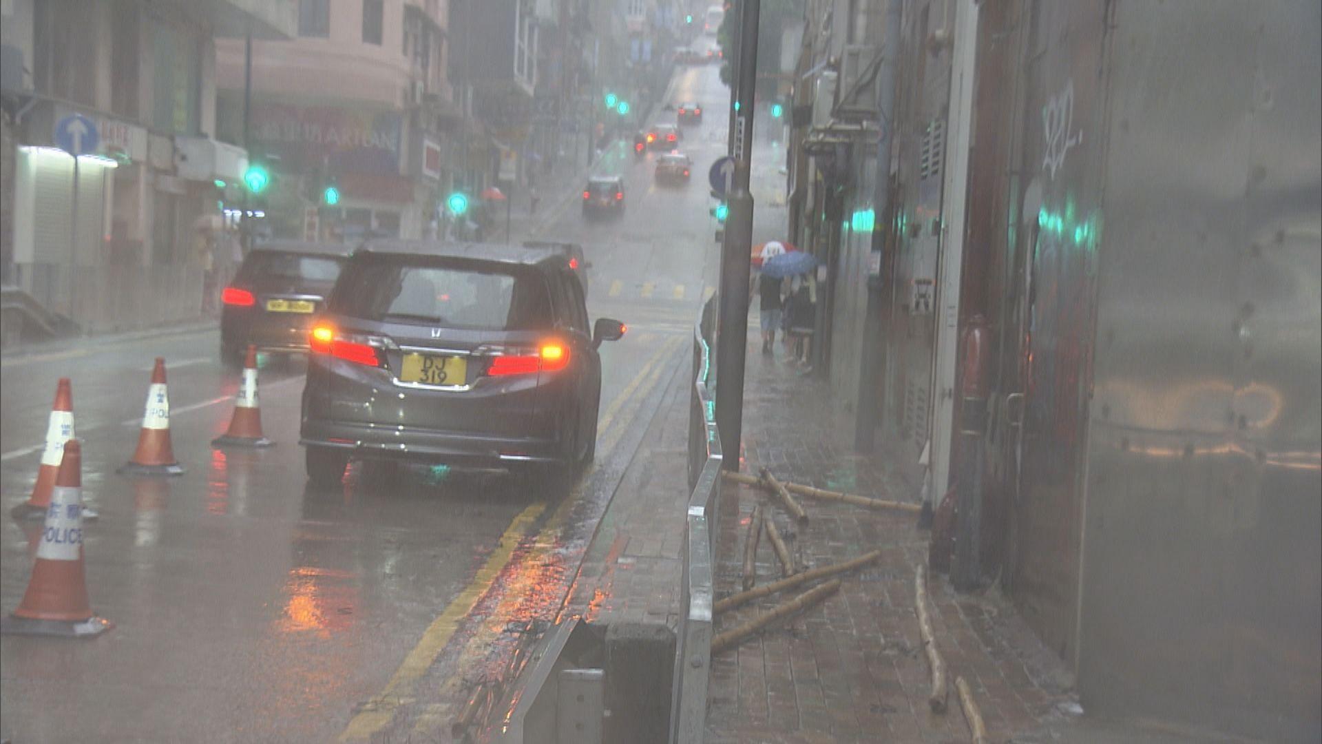 黃雨下西營盤有私家車被墮下竹枝擊中 無人傷