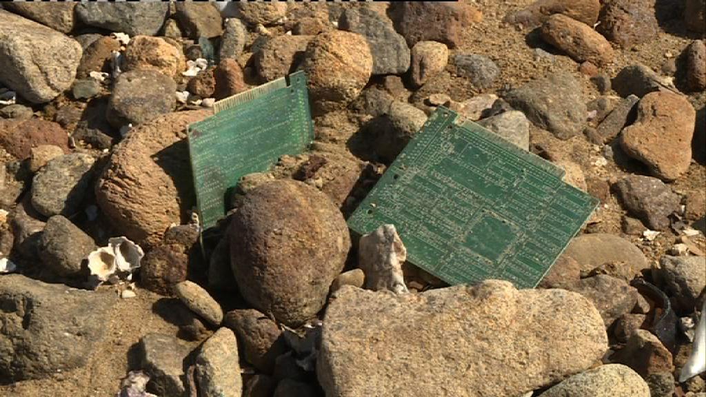 汀角海岸發現上千塊廢棄電路板
