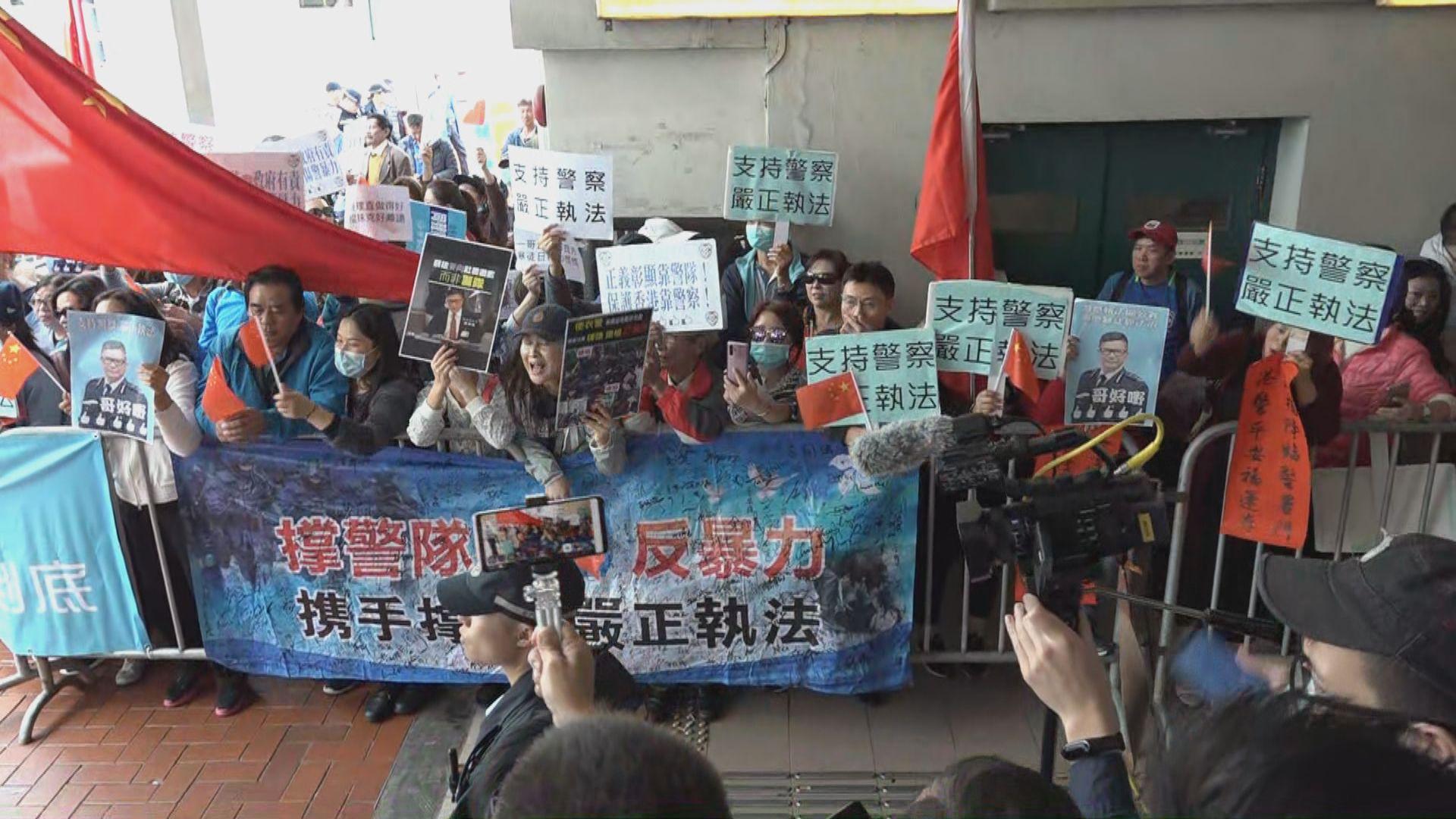 鄧炳強出席荃灣區議會 支持和不滿警方人士場外起爭執