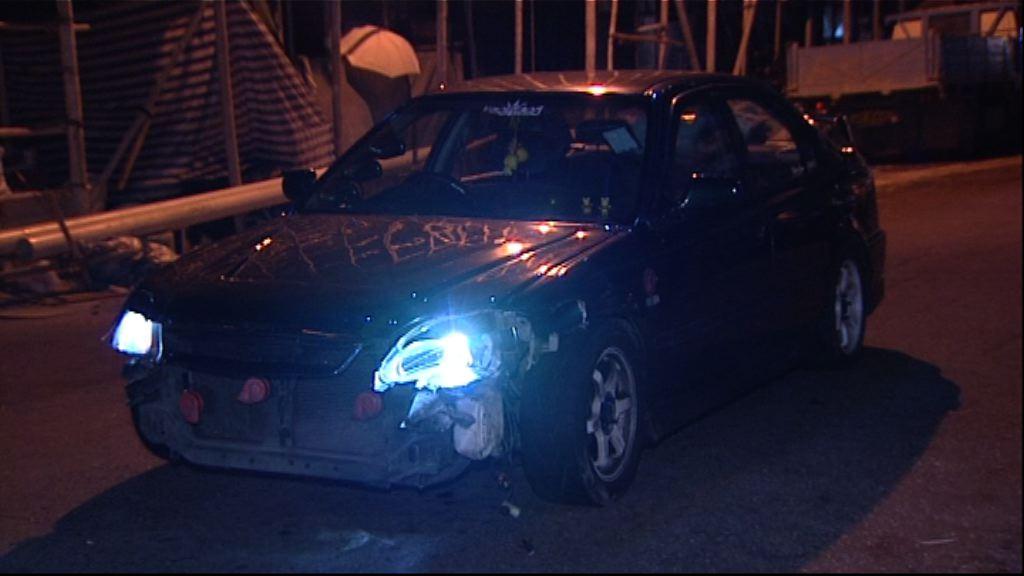 深水埗私家車衝路障一名警員傷