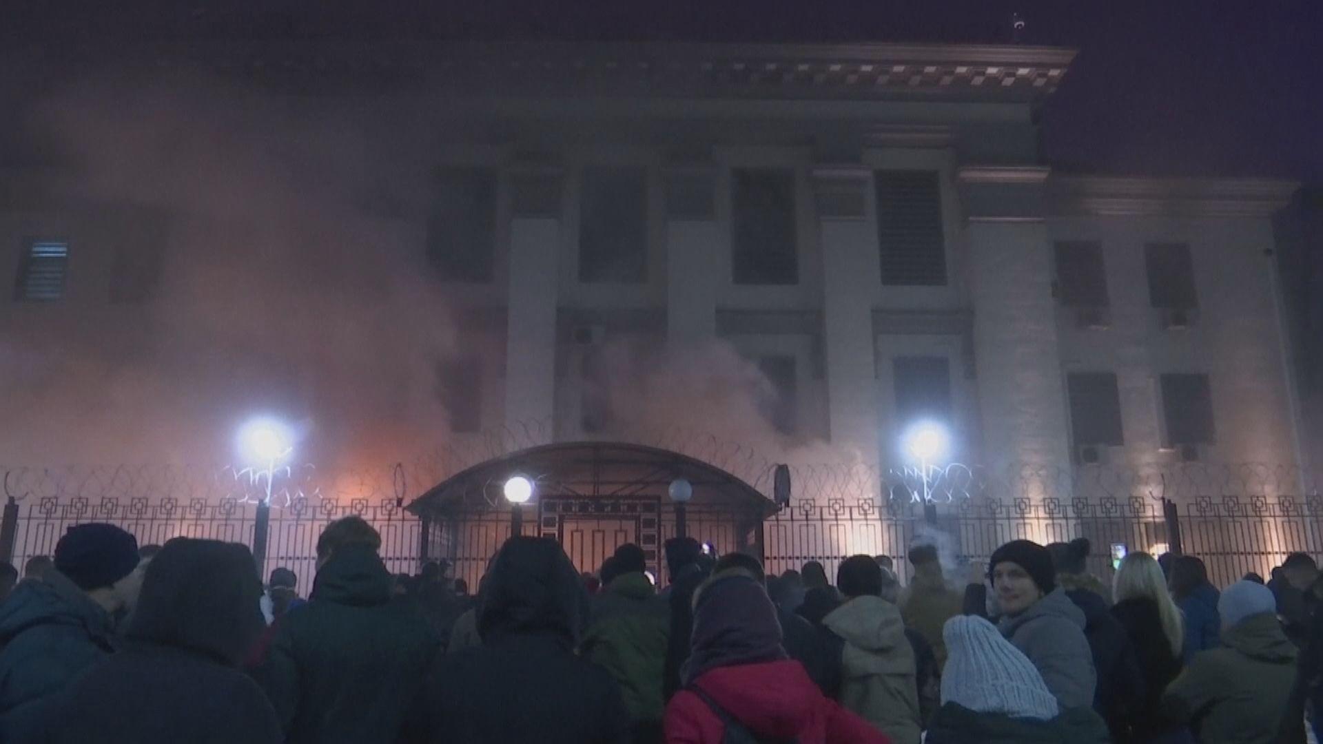 烏克蘭首都有數十人於俄羅斯大使館外示威