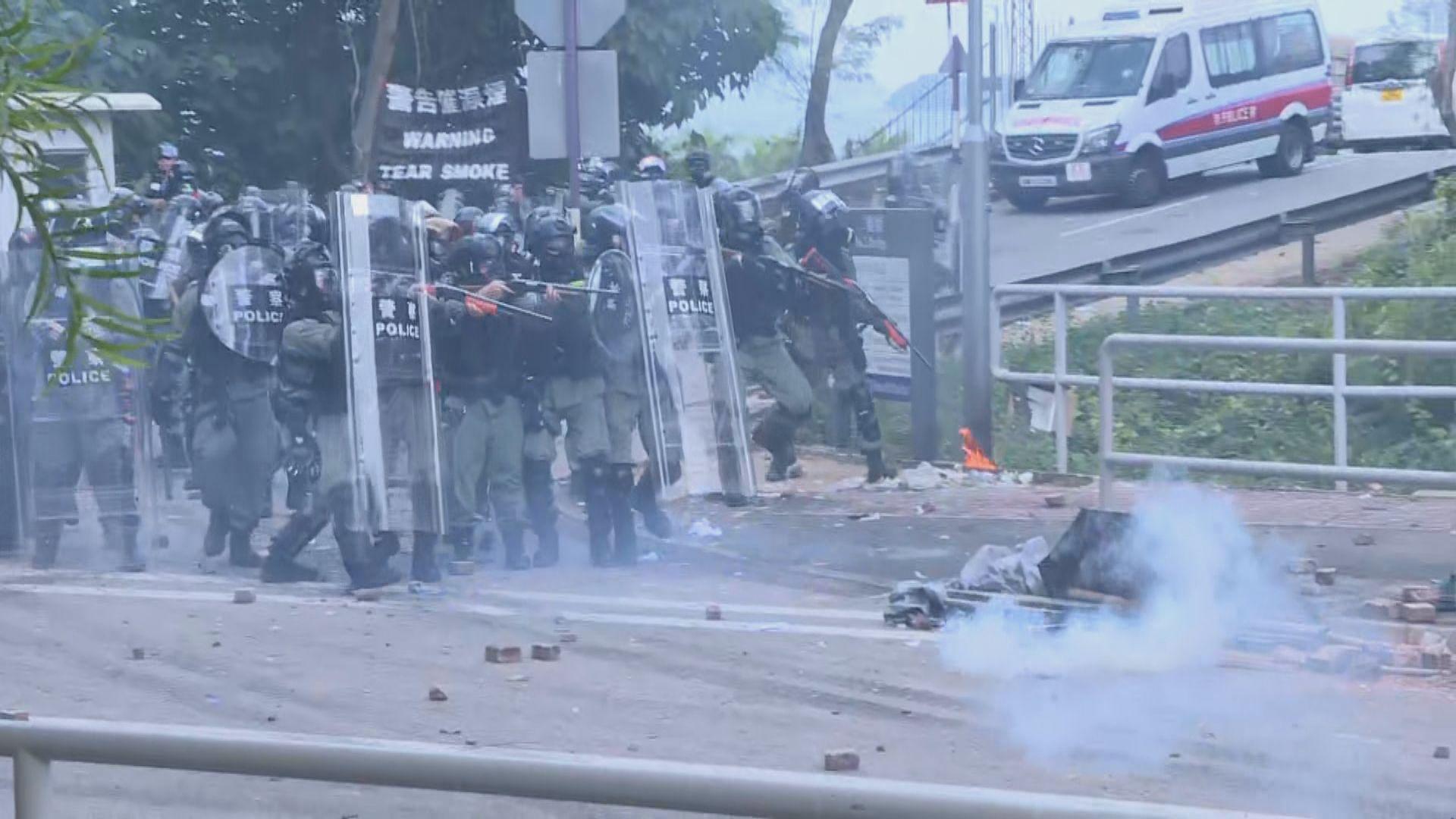 警方中大校園內施放催淚彈 示威者投擲汽油彈