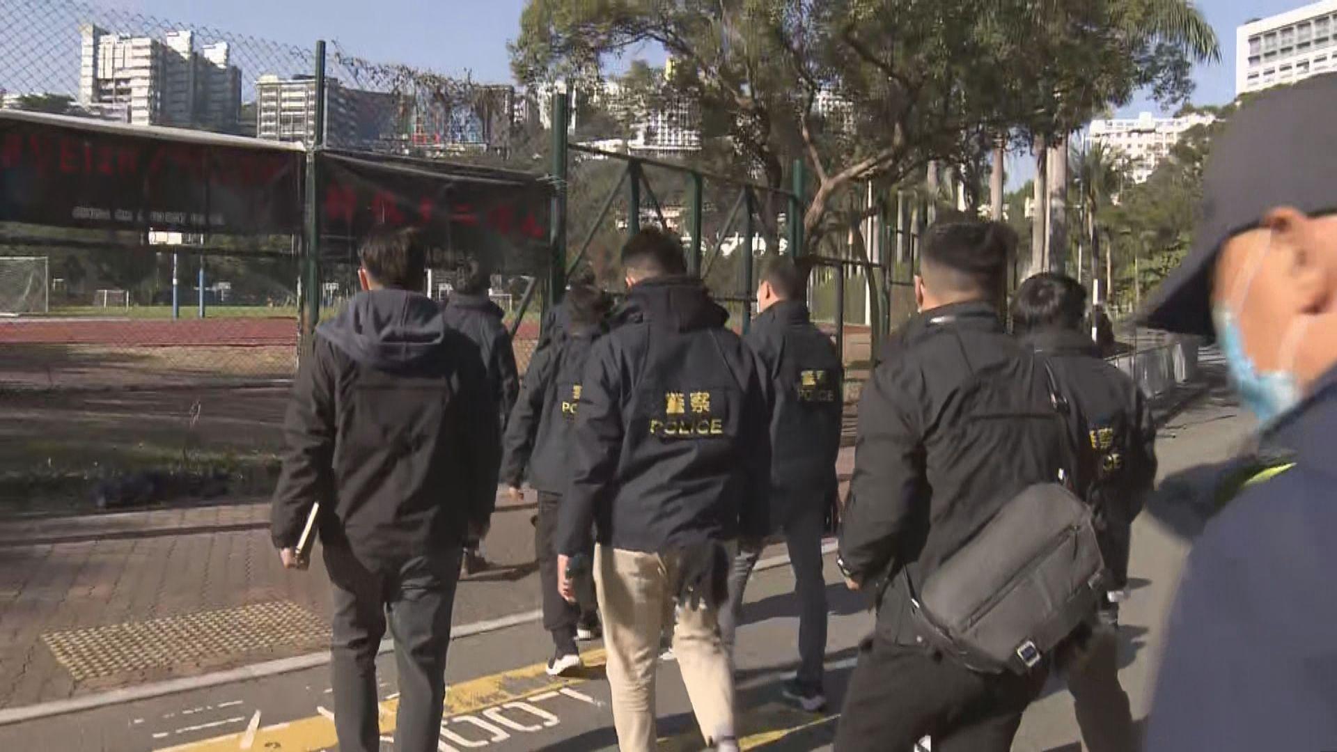 警方到中大調查保安檢查站被撒白色粉末案件