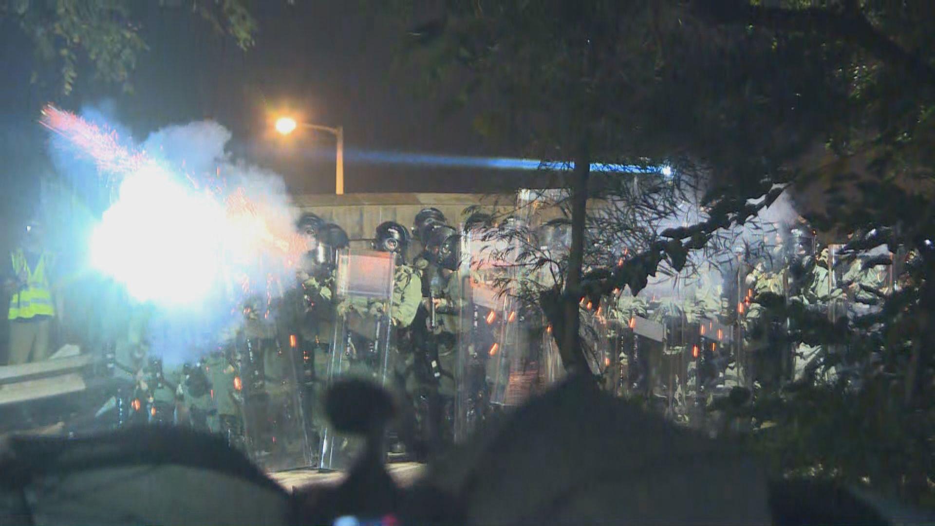 警方向包括段崇智在內人群發多枚催淚彈