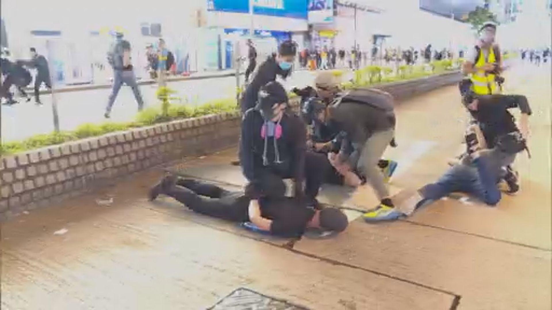 示威者指黑衣人挑起衝突疑警員早已混入