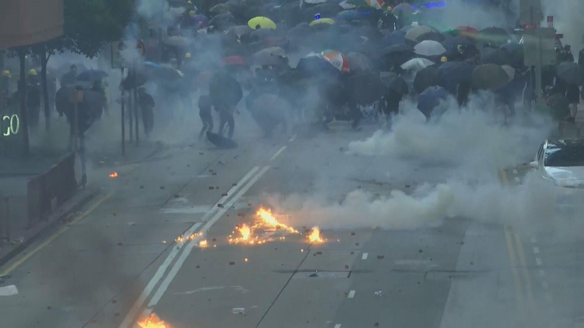 灣仔合和中心外警方與示威者爆衝突