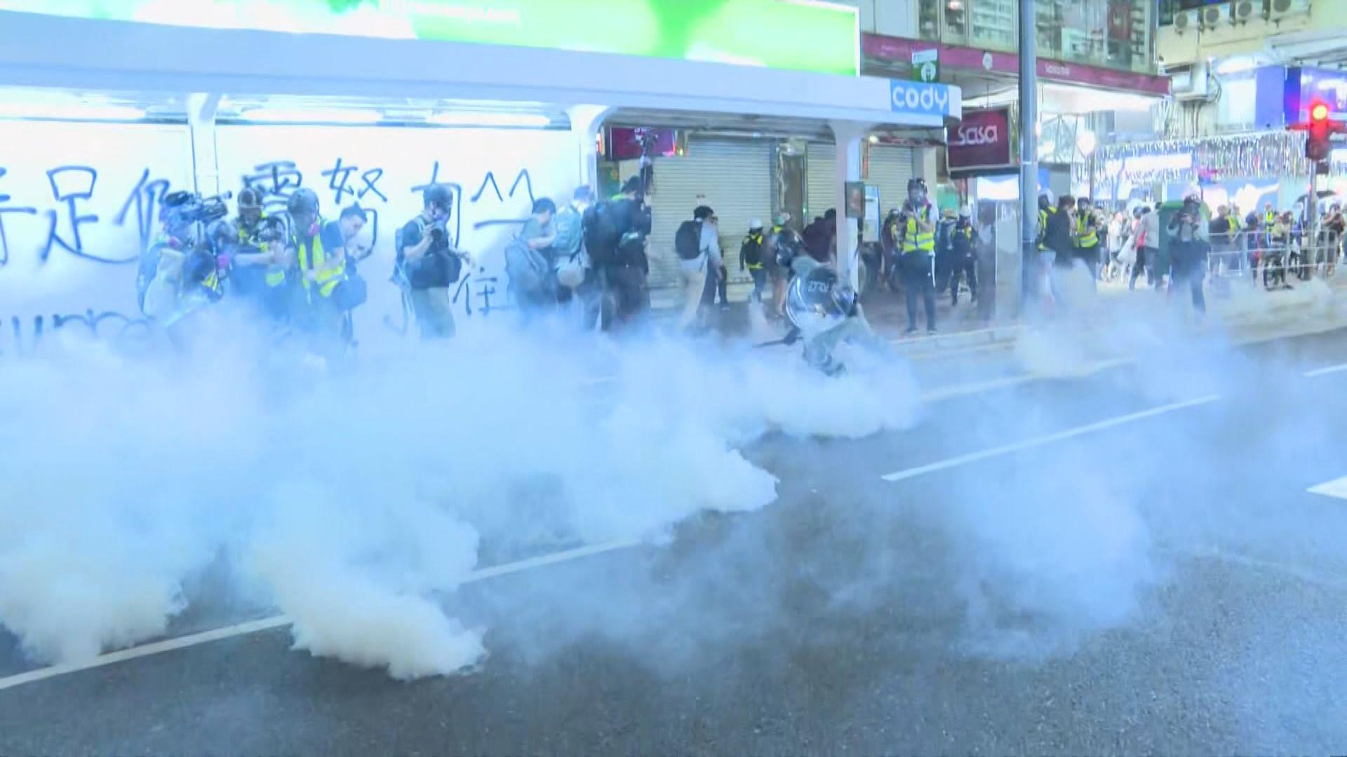 示威者入夜後銅鑼灣聚集 警再施催淚彈驅散