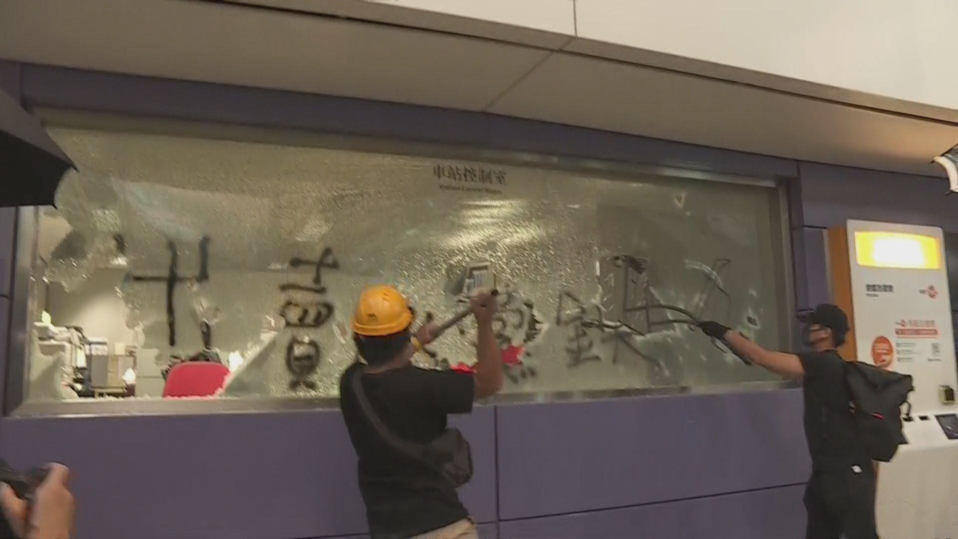 示威者大肆破壞東涌站設施