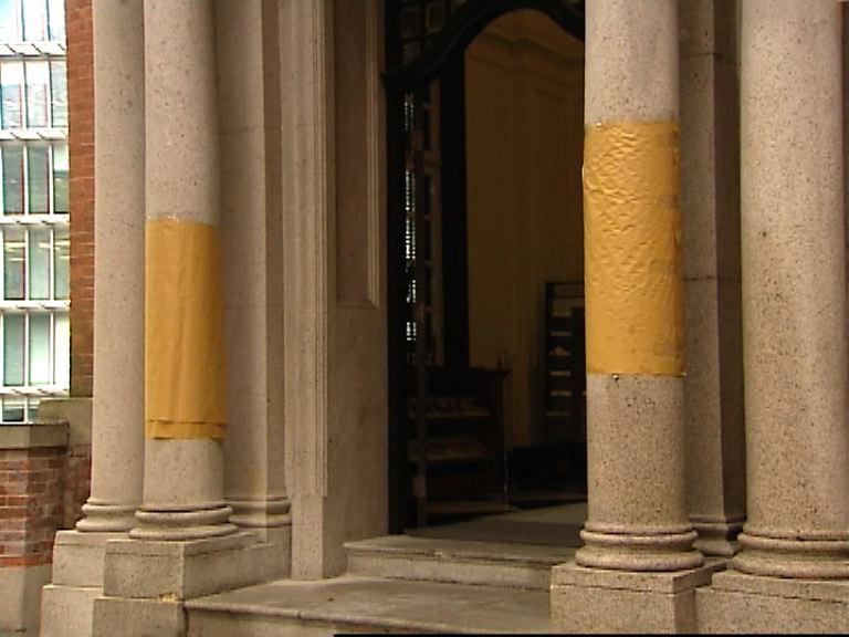 終審法院石柱及大樹被塗鴉