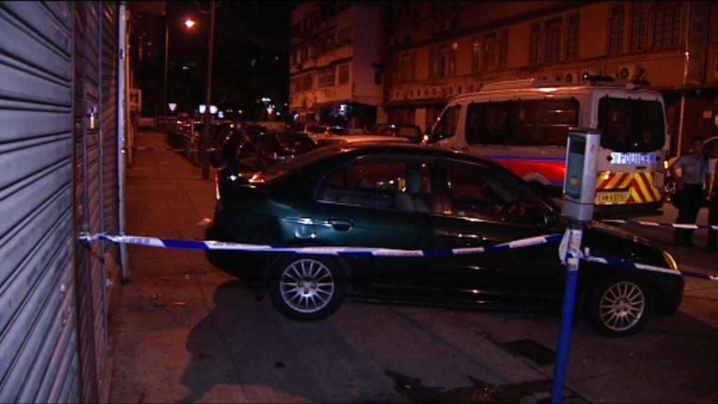 九龍城酒吧遭私家車撞閘刑毀