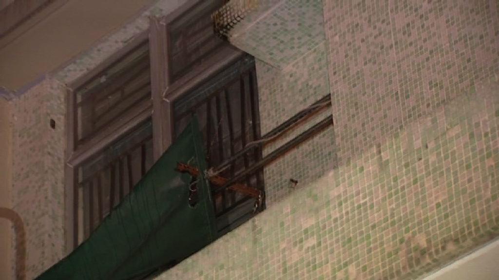 明德邨單位玻璃窗疑被氣槍射破