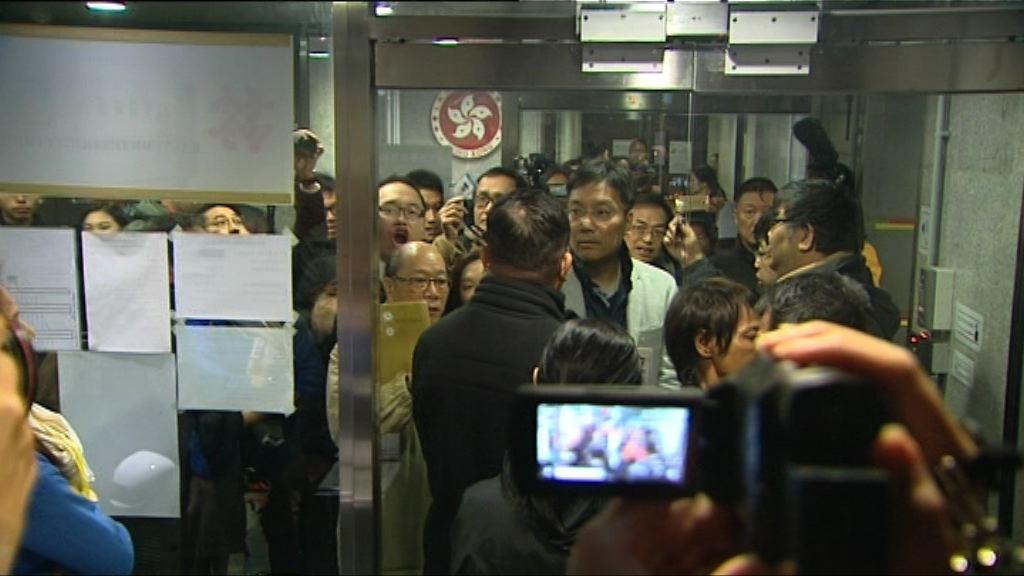 東區區議會提補選質詢 民主派指被人阻礙開會