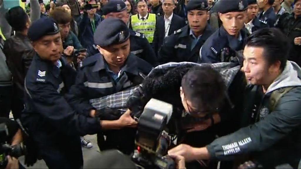 警方凌晨抬走立會示威區內留守人士