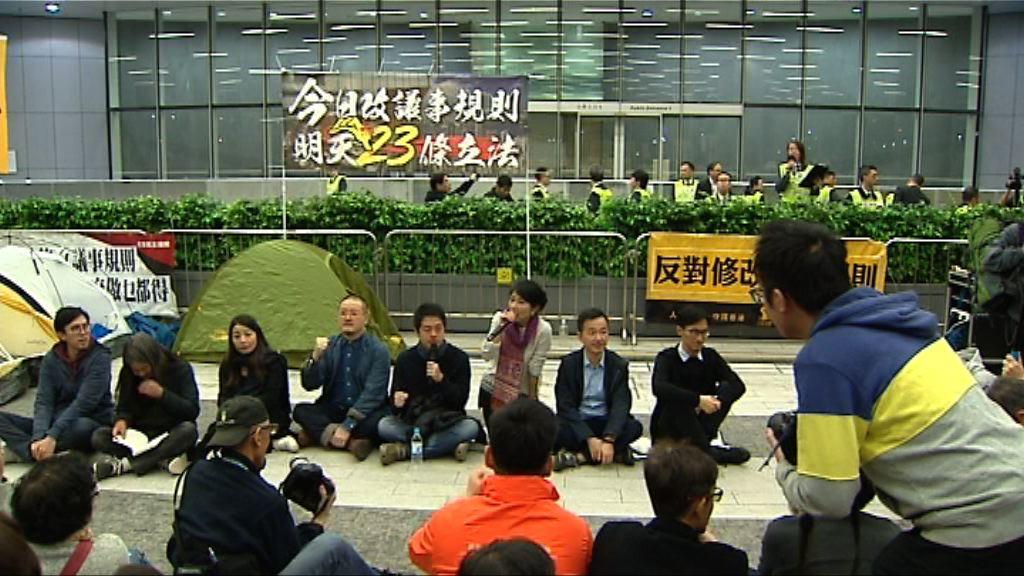 民主派紮營抗議 大批警員附近戒備