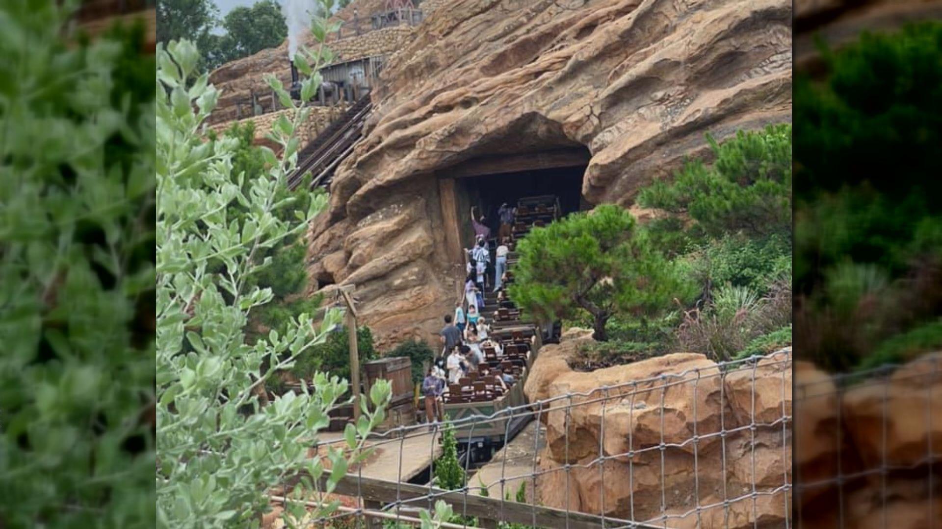 迪士尼灰熊山極速礦車一度暫停 車上遊客要下車離開