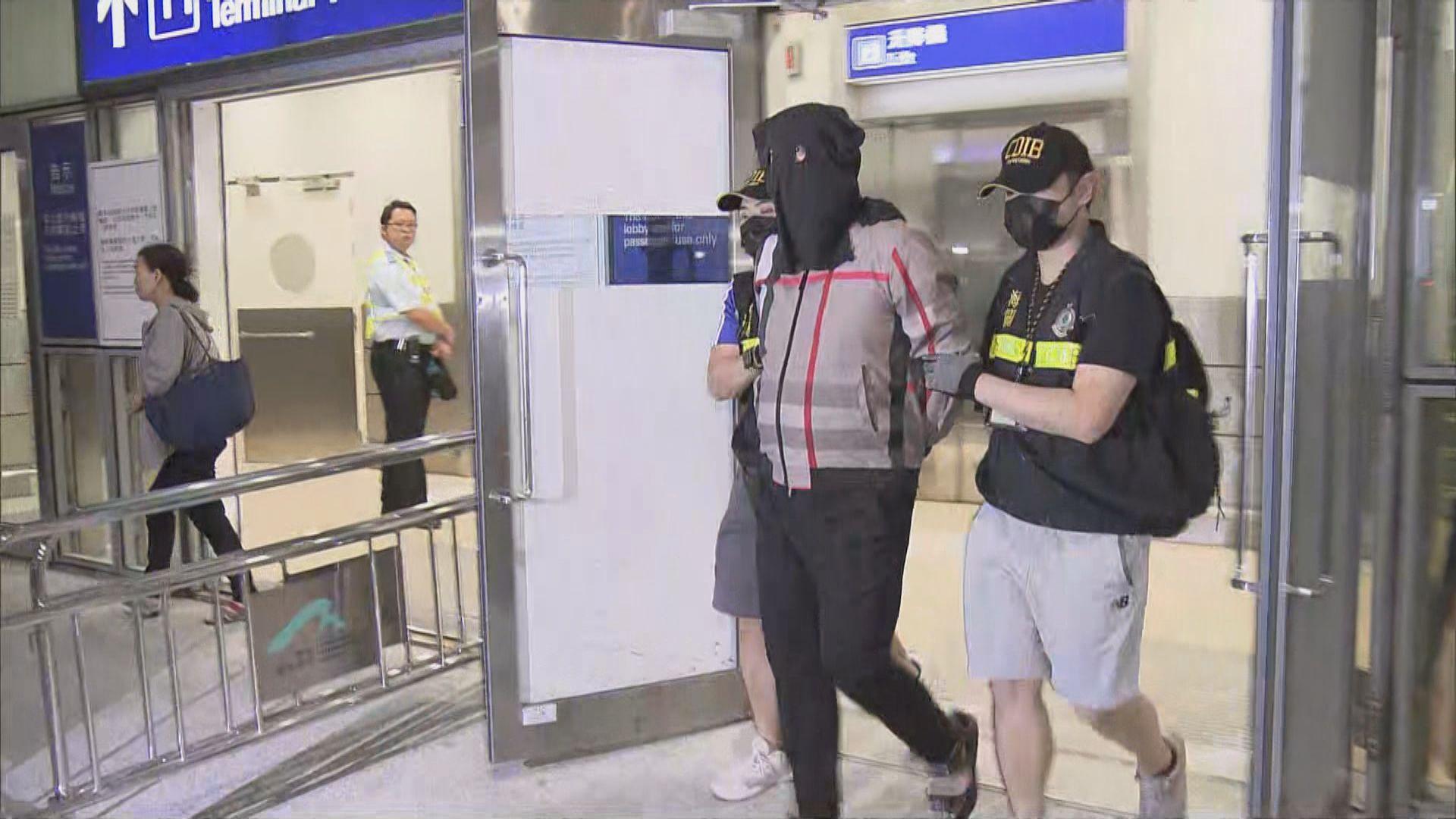 海關機場拘一對男女檢2300萬元可卡因