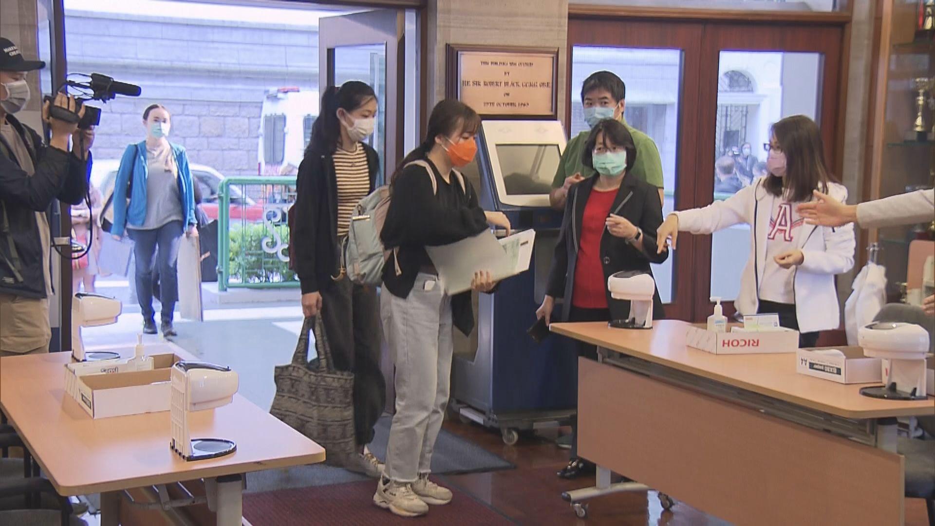 文憑試開考 有考生提早個多小時抵試場