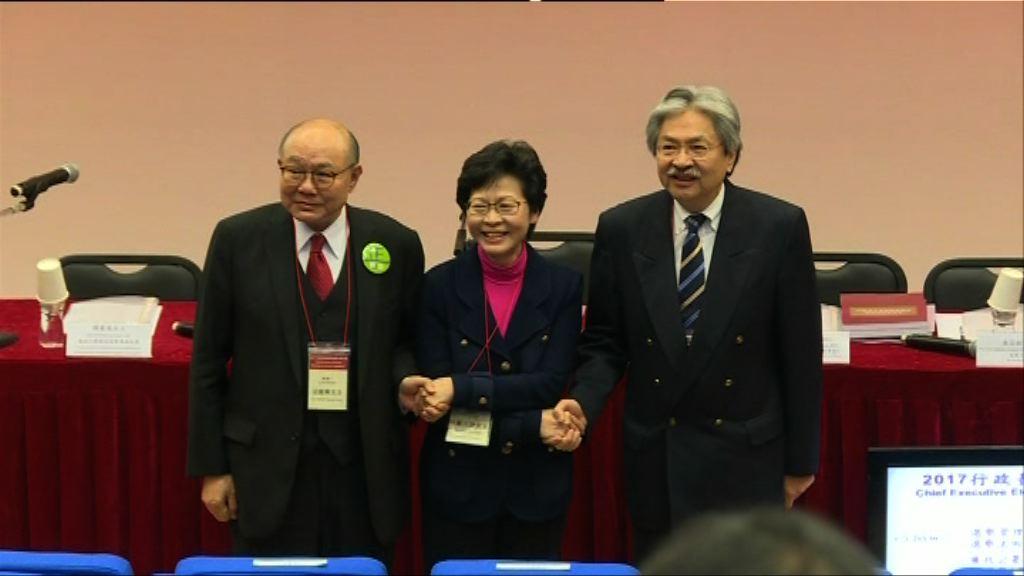 選舉簡介會三名候選人互相握手