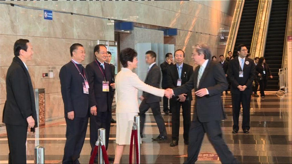 特首選舉開始投票 曾俊華林鄭相遇時握手