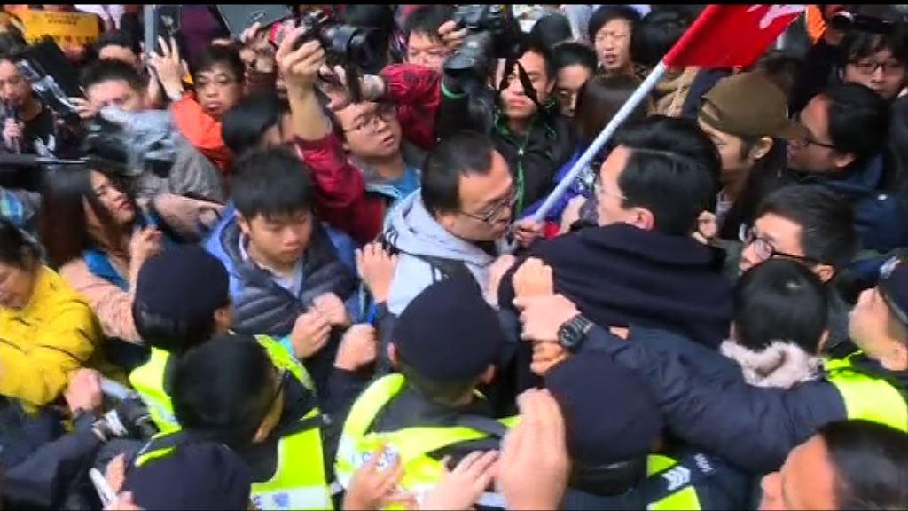 會展外多個團體示威 與警對峙