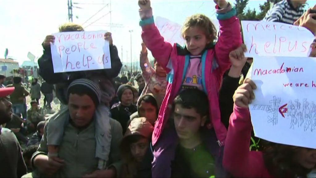 希臘邊境難民堵塞火車軌抗議
