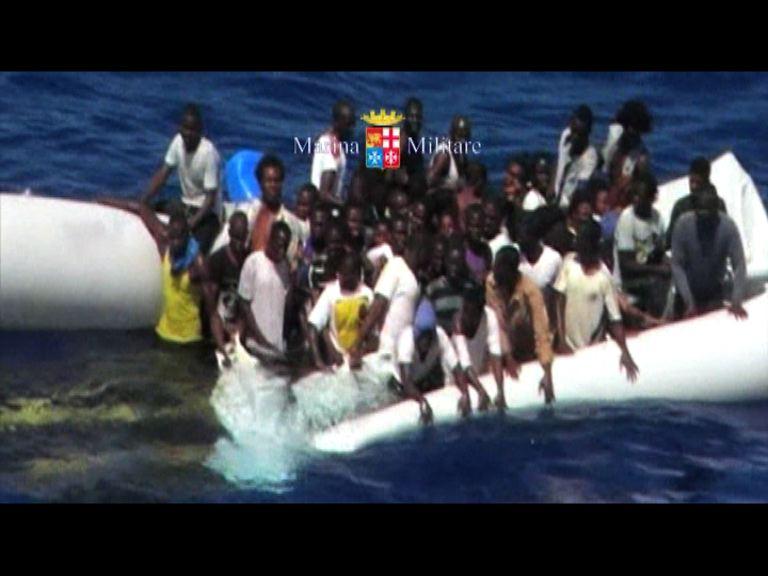 意海軍救起沉沒橡皮艇上難民