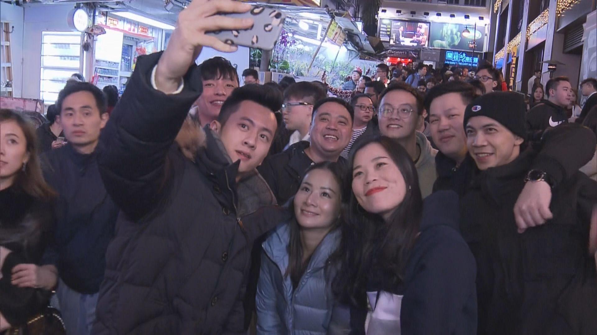 除夕夜市民到尖沙咀蘭桂坊倒數迎新年