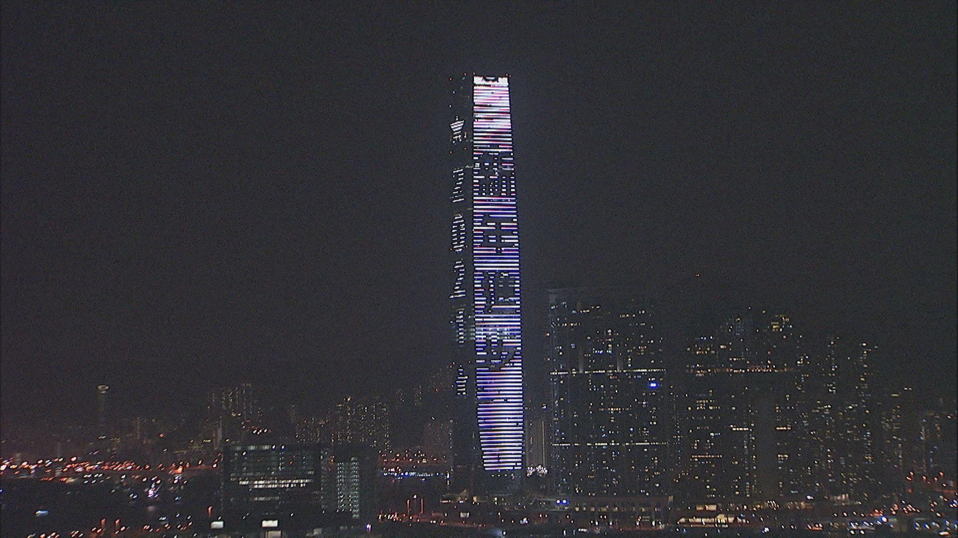 除夕夜無煙花表演 有市民到海旁倒數新一年