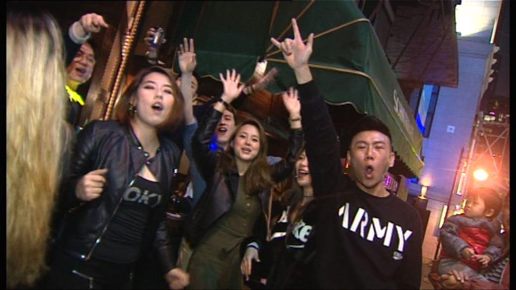 蘭桂坊食肆酒吧擠滿人群慶祝新年