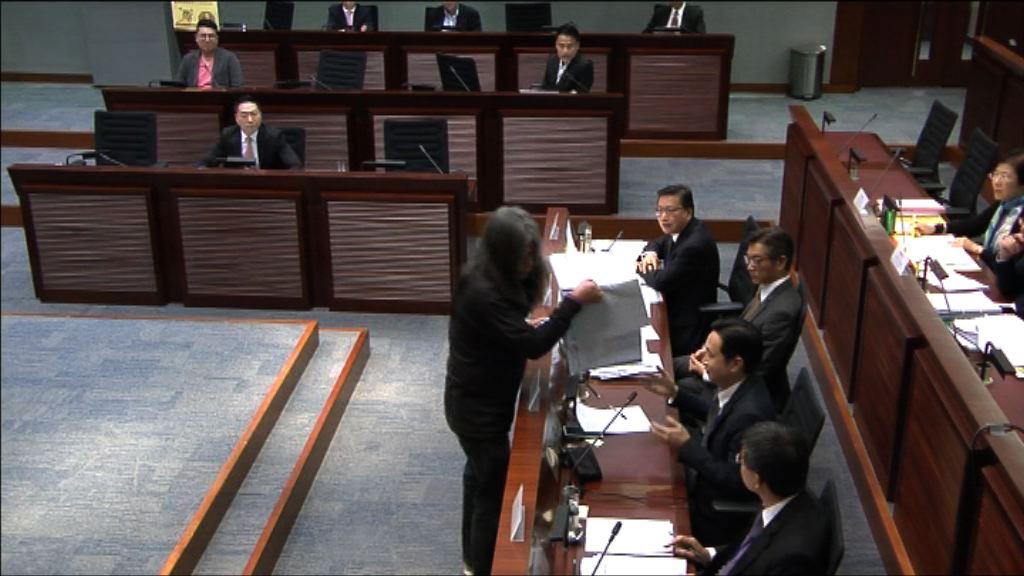 梁國雄搶文件 林鄭月娥認同發展局報警