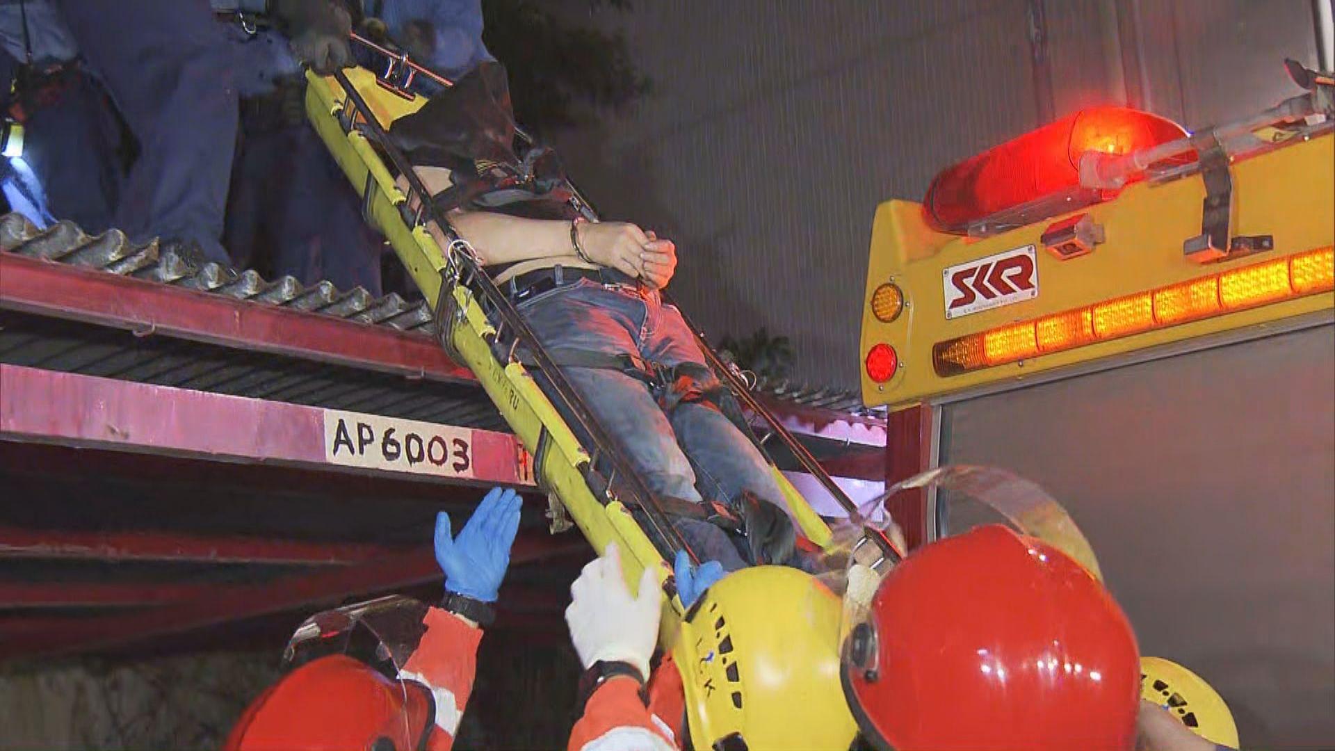 男子荔景墮樓受傷 警疑與大廈單位竊案有關