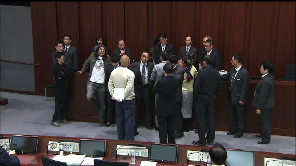 多名泛民議員霸佔主席座位阻開會