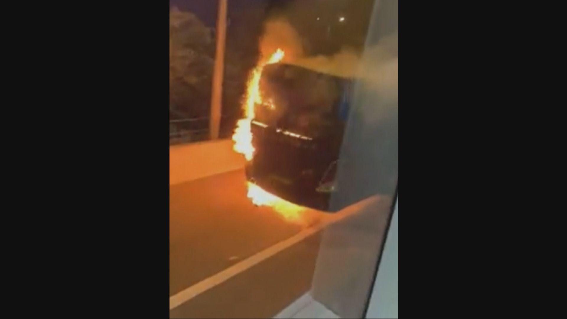 屯門公路旅遊巴疑引擎過熱起火 無人受傷