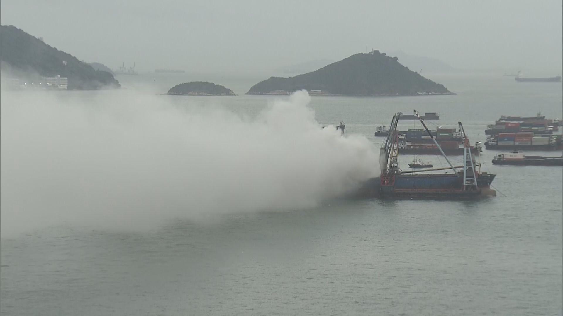 昂船洲大橋對開躉船起火無人傷 消防處正調查火警原因