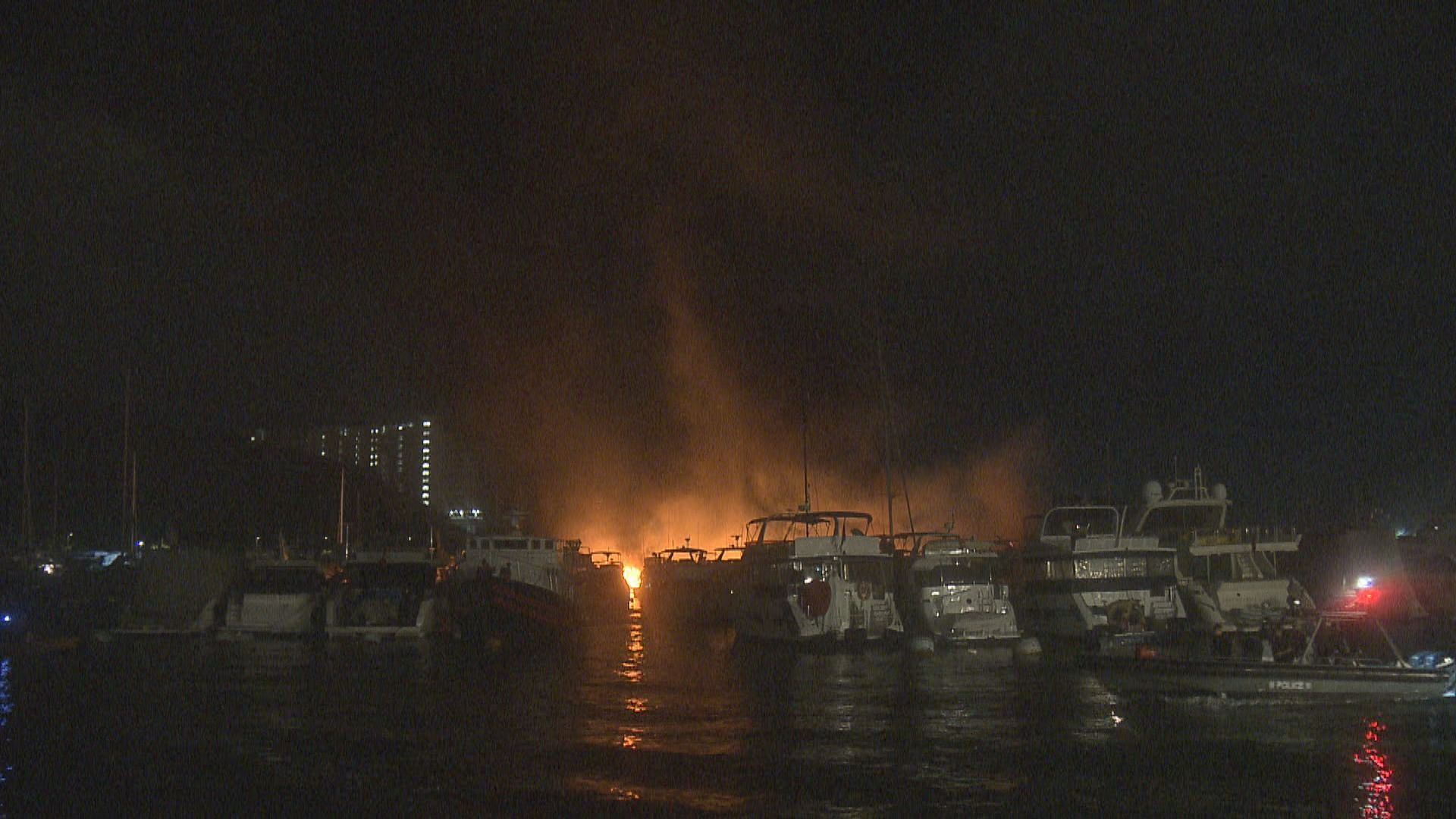 香港仔避風塘三級船火 焚燒約六小時後大致救熄