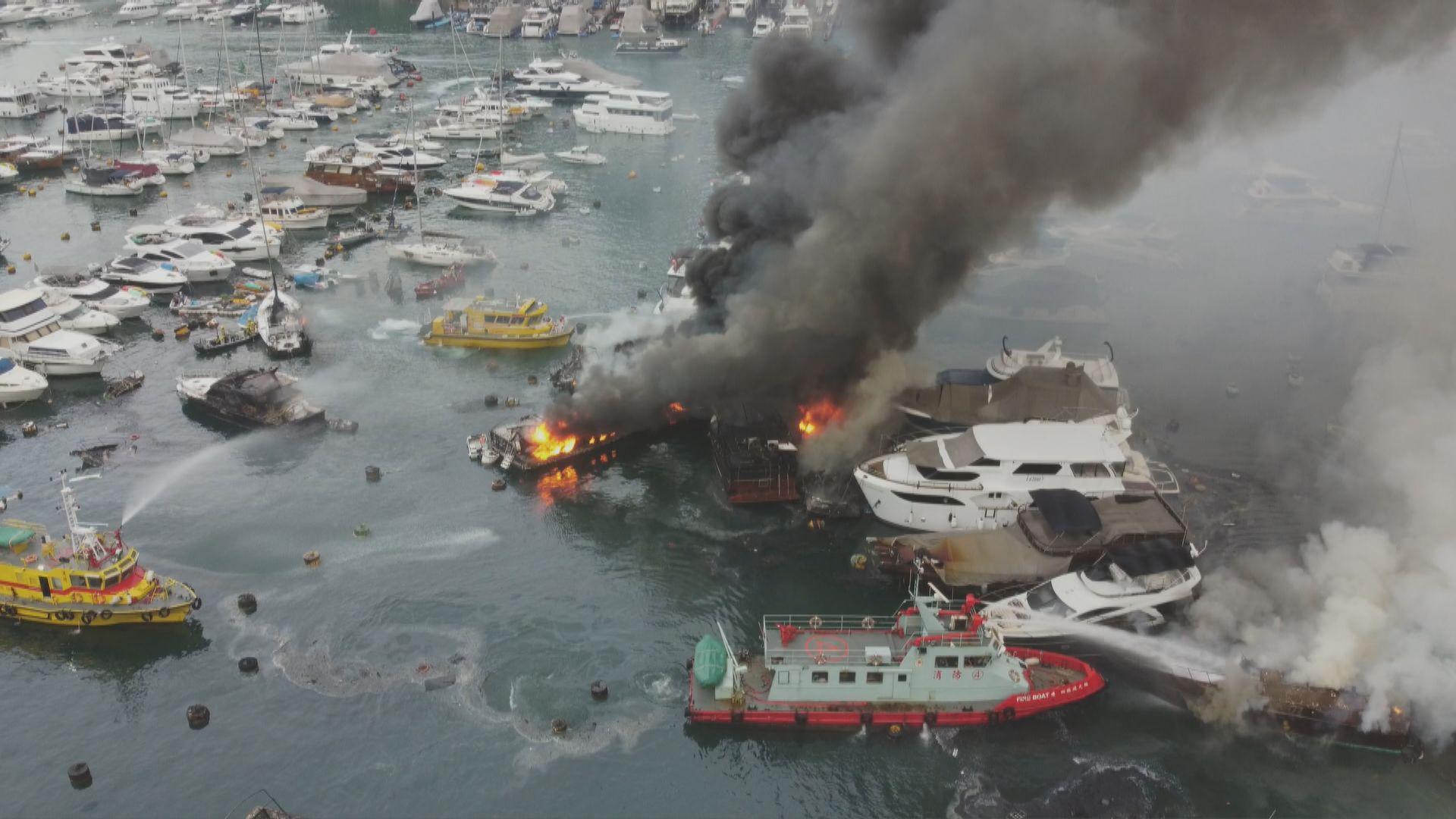 香港仔南避風塘三級船火 消防派七艘滅火輪灌救