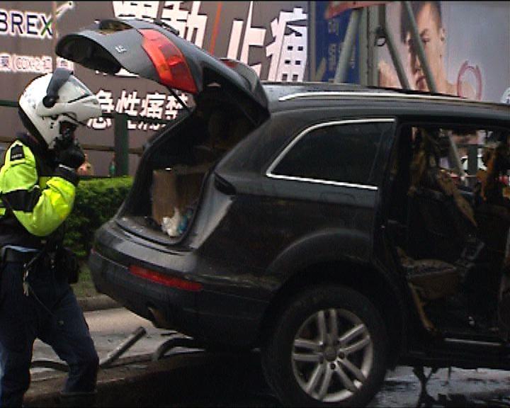 私家車與兩輛車相撞後檢獲懷疑毒品