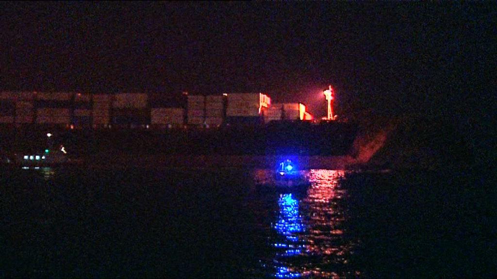 貨船疑失控撞向小島無人傷